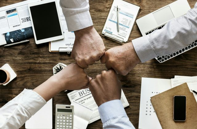 riunione lavoro 4 persone